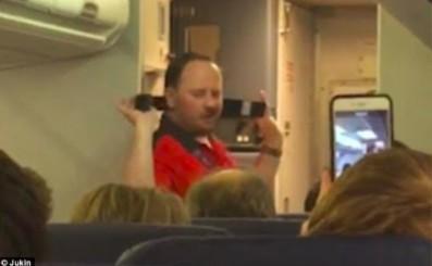 Instrukcja bezpieczeństwa w samolocie, którą każdy z pewnością zapamiętał