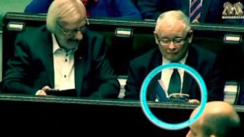 """Jarosław Kaczyński czyta """"Atlas kotów"""" w Sejmie"""