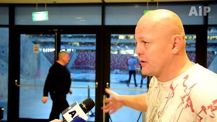 Bokser Artur Binkowski podczas wywiadu nerwowo reaguje na obsługę techniczną
