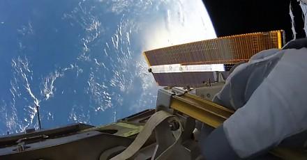 Podziwianie Ziemi podczas kosmicznego spaceru