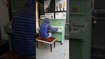Przysiada się nieznajomy do pianina w Manchesterze