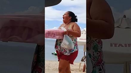 Reklama dźwignią handlu. Kobieta na plaży poleca swoje ciastka
