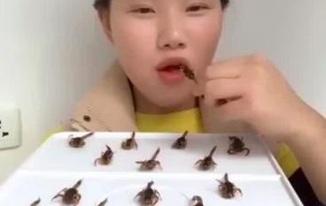 Chinka zajada się lokalnymi przysmakami