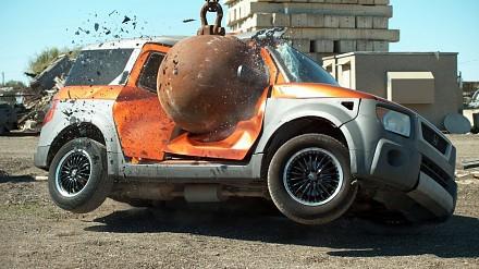 The Slow Mo Guys niszczą samochód czterotonową kulą