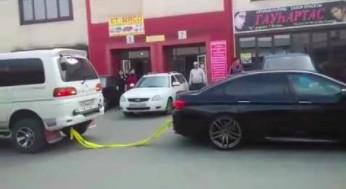 Przeciąganie liny w wykonaniu BMW M5 i vana Mitshubishi