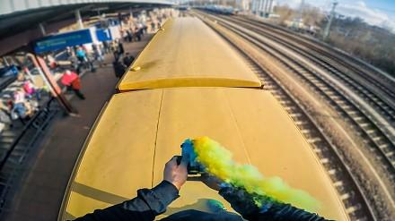 Efektowny train surfing w Berlinie