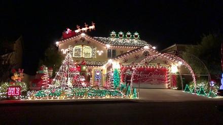 Świąteczna iluminacja domu w rytm Thunderstruck