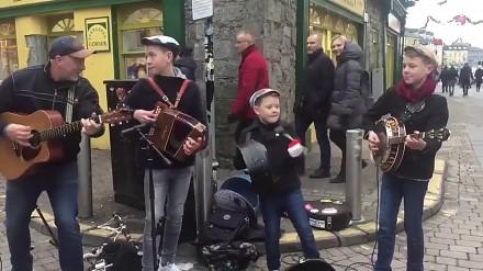Utalentowane dzieciaki z Irlandii Północnej - bracia Byrne z ojcem