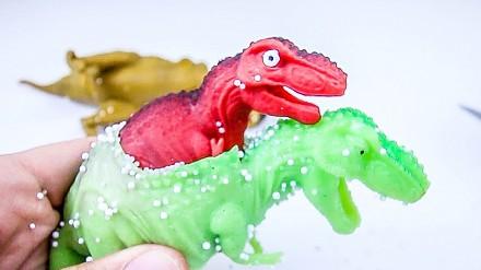 Co znajduje się we wnętrzu gumowych dinozaurów?