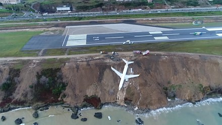 Samolot ześlizgnął się z pasa i zsunął z klifu