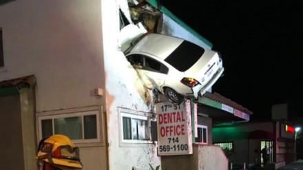 Samochód wleciał w pierwsze piętro budynku