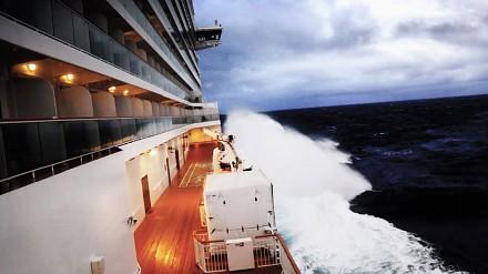 Na statku wycieczkowym, podczas sztormu