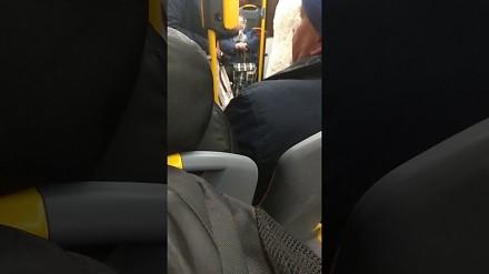 Czy w autobusie wypada rozmawiać przez telefon? Nie według tej starszej pani!