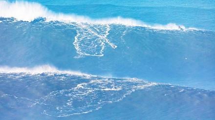 Ogromne fale do surfowania w Nazaré