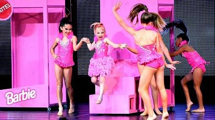 Dziewczynki przebrane za Barbie i ich taneczny popis