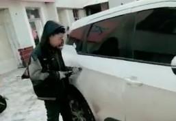 Chiński serwis samochodowy zamontował świetną klamkę