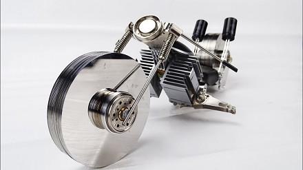 Model motocykla złożony ze starych części komputerowych