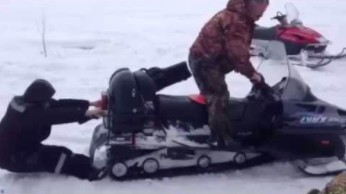 Zakleszczony w skuterze śnieżnym