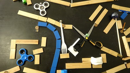Niebieska kuleczka i świetna maszyna Rube Goldberga