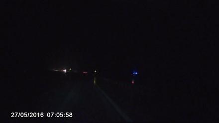Autostrada A1, nieoświetlona toyota zaparkowana na lewym pasie