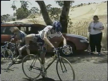Kolarz pożycza rower od widza