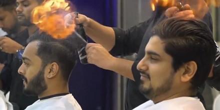 Indyjski fryzjer strzyże przy pomocy płomieni
