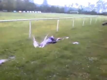 Pływanie w trawie to świetna zabawa