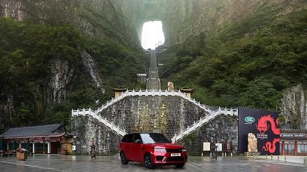 Świetna reklama Range Rovera i podjazd po schodach do bramy nieba