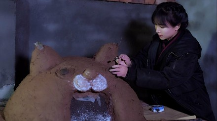 Przepiękna Chinka buduje piec i piecze w nim chleb