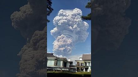 Przerażająco piękna erupcja wulkanu w Indonezji
