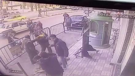 Egipski policjant łapie spadające dziecko