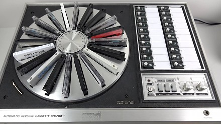 Odtwarzacz na 20 kaset audio. Technologia z 1972 roku wyprzedzająca swoje czasy o epokę