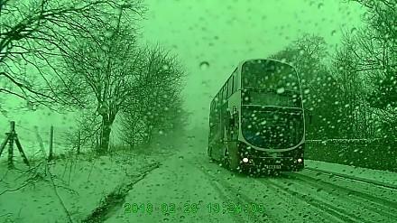 Kierowca autobusu w pięknym stylu unika zderzenia z innym kierowcą