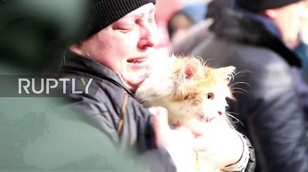 Rosyjscy strażacy ratują kota