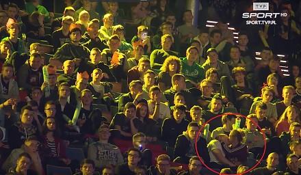 Para robi to w tłumie podczas telewizyjnej relacji z turnieju CS-a