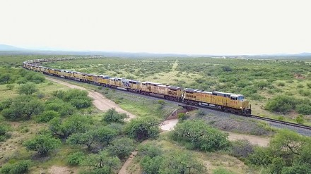 Prawie 300 lokomotyw Union Pacific zaparkowanych gęsiego na bocznicy w Arizonie