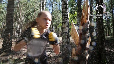 10-latka w polskiej koszulce powala drzewo bokserskimi ciosami