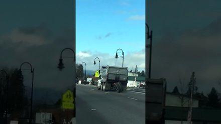 Ciężarówka traci koła podczas jazdy