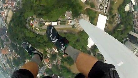 Podniebny spacer na linie i skok na spadochronie z 420-metrowej wieży w Kuala Lumpur
