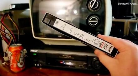 """Kupił kasetę VHS z napisem """"niespodzianka"""""""