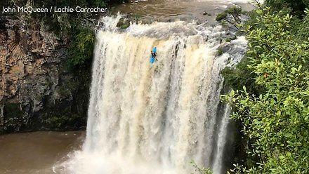 Kajakarz spada z 25-metrowego wodospadu