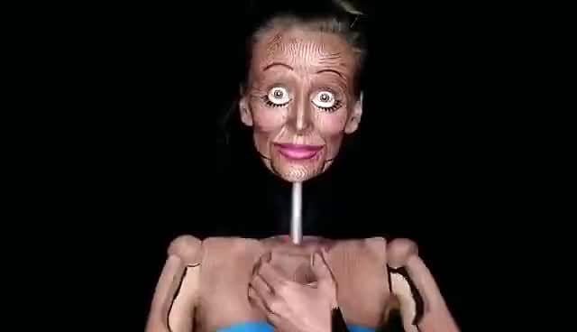 Kobieta wygląda jak przerażająca drewniana lalka