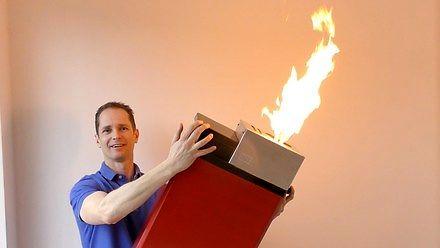 Ognisty test największej zapalniczki na świecie