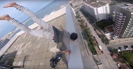 Przerażający pokaz stania na rękach i podciągania się na krawędzi wieżowca