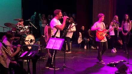Chris Martin z Coldplay dołącza do koncertu szkolnej kapeli