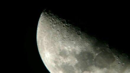 Zarejestrowanie UFO na tle Księżyca
