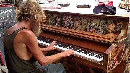 Kompilacja street performerów grających na pianinie
