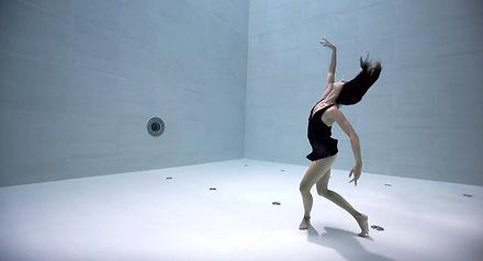 Taniec w najgłębszym basenie świata