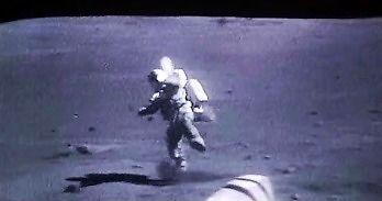 Astronauci przewracający się na Księżycu