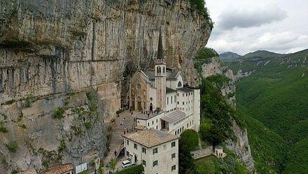 Sanktuarium Madonna della Corona zawieszone między niebem a ziemią